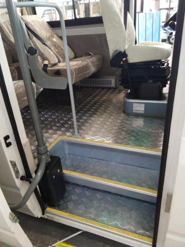 五菱s200客车上车门